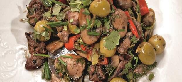 Острый салат из куриной печени и сердечек
