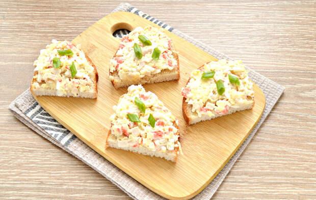 Закусочные бутерброды с крабовыми палочками и сыром