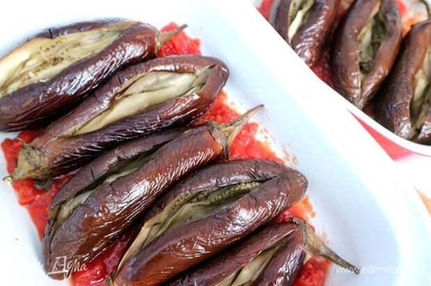 Дно жаропрочной формы покрыть помидорной пассатой, добавить 2–3 ст. л. оливкового масла, поместить в форму баклажаны.