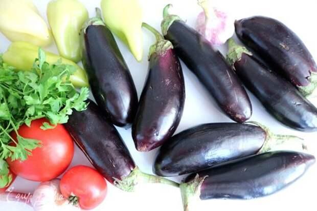 Духовку разогреть до 180°C. Баклажаны (лучшими считаются те, у которых минимальное количество семечек внутри), помидоры, болгарский перец помыть.