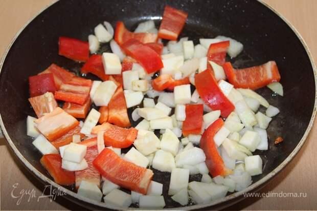 В сковороду, где жарилась курица, выложить нарезанные овощи (кроме чеснока), обжарить 5 — 6 минут.