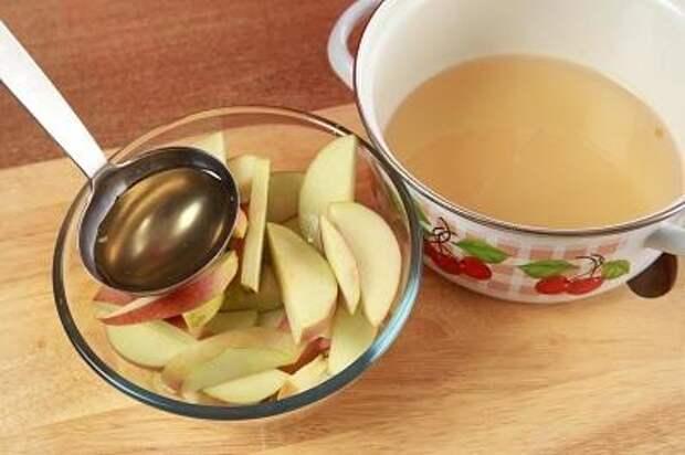 Шаг 3. Яблоки заливаем сиропом.