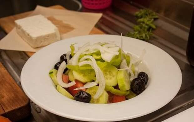 Хориатики не хотите? Учимся готовить настоящий «Греческий» салат