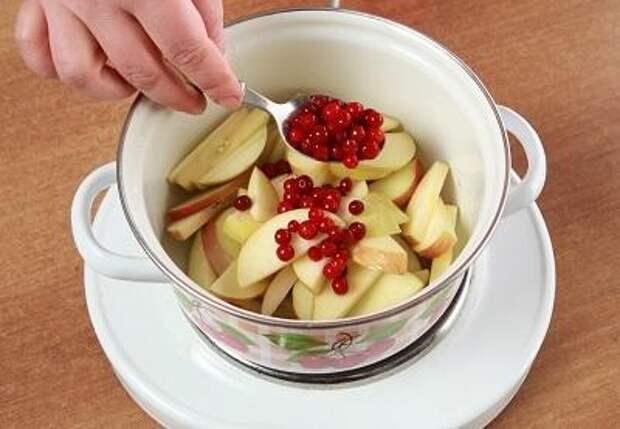 Шаг 4. Добавляем ягоды и орехи.