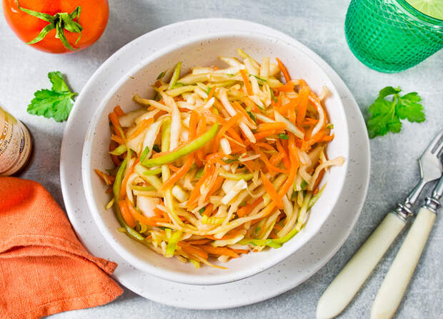 Свежий капустный салат с кунжутной заправкой