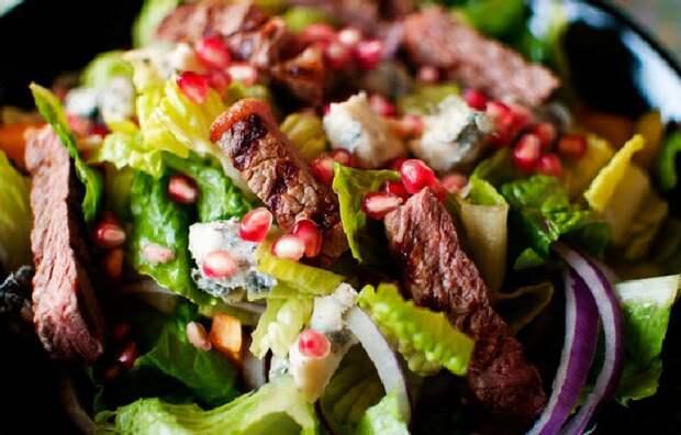 Мясной салат с луком и зёрнами граната. \ Фото: smarteda.net.