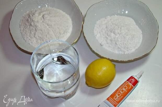 Из рисовой муки, сахарной пудры, воды, лимонного сока и красителя замесить тесто. Оно будет жидким. Поставить в микроволновку на 1,5–2 минуты. Через минуту достать, перемешать и поставить опять. Через 30 секунд снова достать и перемешать. Если нет жидкости, тесто готово. Если жидкость еще остается, значит, поставить тесто еще на 30 секунд.