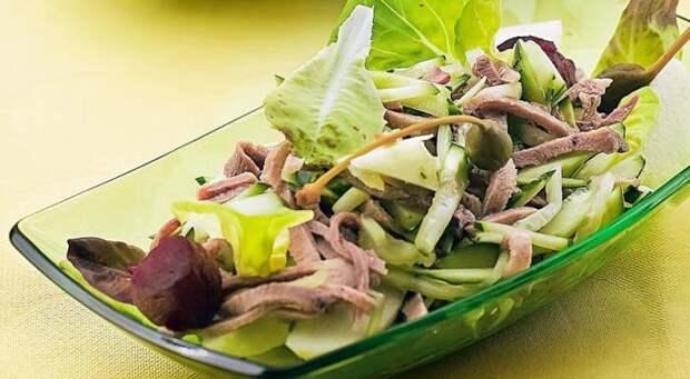 Салат с языком и огурцами. \ Фото: gastronom.ru.