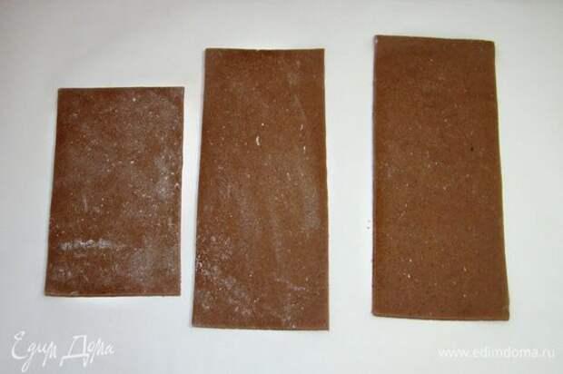 Отлежавшееся пряничное тесто раскатать и вырезать части «ящичка» согласно размерам торта. Выпечь в разогретой до 170°С духовке минут 7–8 и дать хорошо остыть.