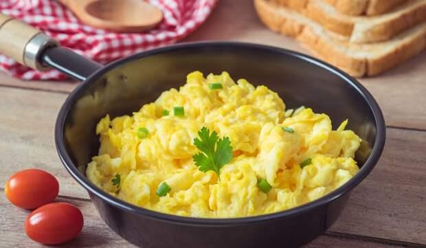 Завтрак по-французски: скрэмбл с луком пореем