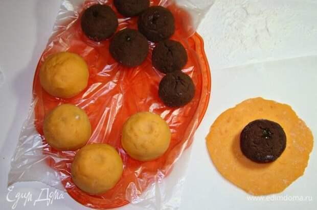 Остывшее тесто разделить на равные кусочки и, раскатывая (припыляя стол крахмалом) в лепешку, формировать пирожные — «апельсинки». Так как у меня апельсинок получилось больше 10-ти штук, мне пришлось приготовить еще одну порцию теста для «Моти». Готовые «апельсинки» украсить хвостиками и листиками из мастики и поставить в холодильник.