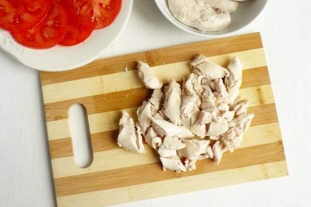 Пита с хумусом, курицей и нежным луком