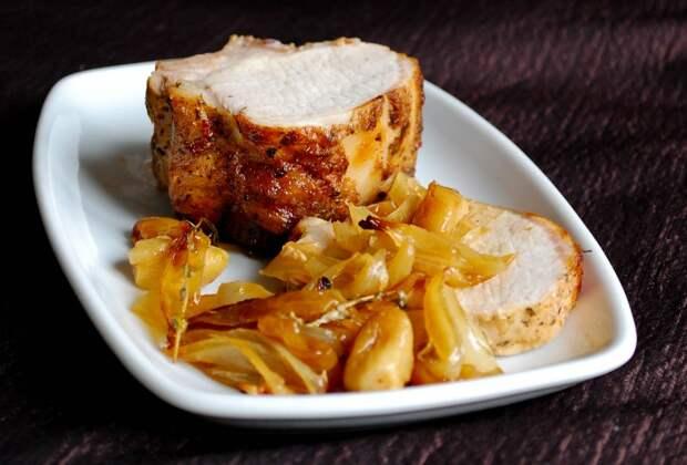 Свиная корейка запечённая с луком и чесноком