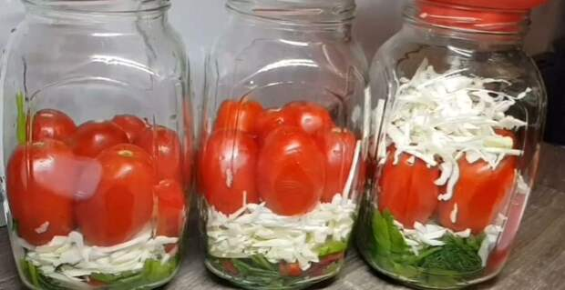 Консервируем хрустящую капусту с помидорами в одной банке