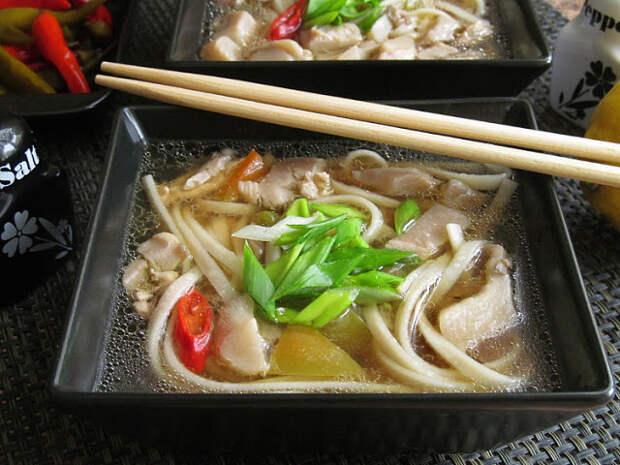 Суп с лапшой удон, курицей и вешенками