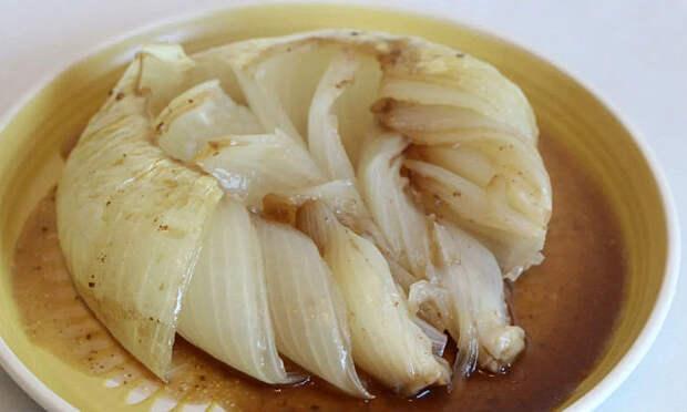 Превращаем луковицы в закуску: добавляем внутрь масло и ставим в духовку