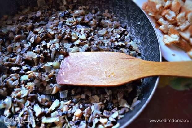 Потушите грибы с луком в течение 10-15 мин. Добавьте сливочное масло, посолите, приправьте перцем и перемешайте.