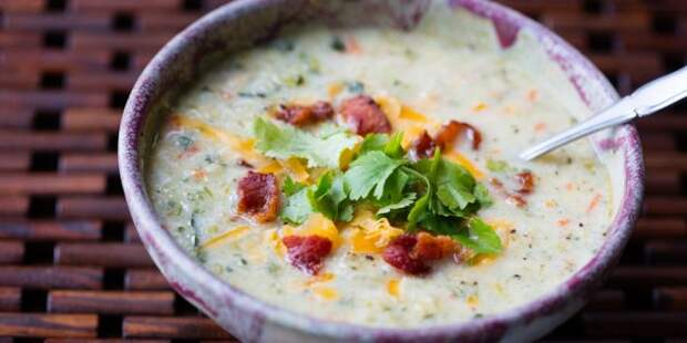 Рецепты ужина на скорую руку: суп с беконом и цветной капустой