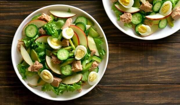 Лёгкий весенний салат из тунца с яблоками и авокадо. \ Фото: yandex.ua.