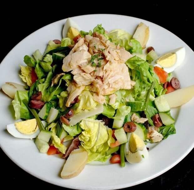 Салат с тунцом и яблоками. \ Фото: google.com.