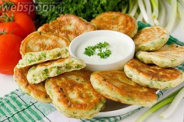 Вкусные и мягкие оладьи из зеленого лука - это прекрасный завтрак или перекус